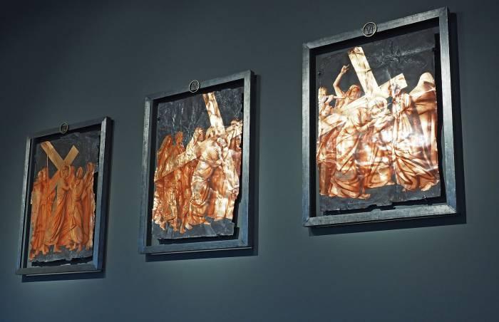 Изображения крестного пути нанесены Владимиром Кондрусевичем на ржавом металле золотом. Фото Светланы Васильевой