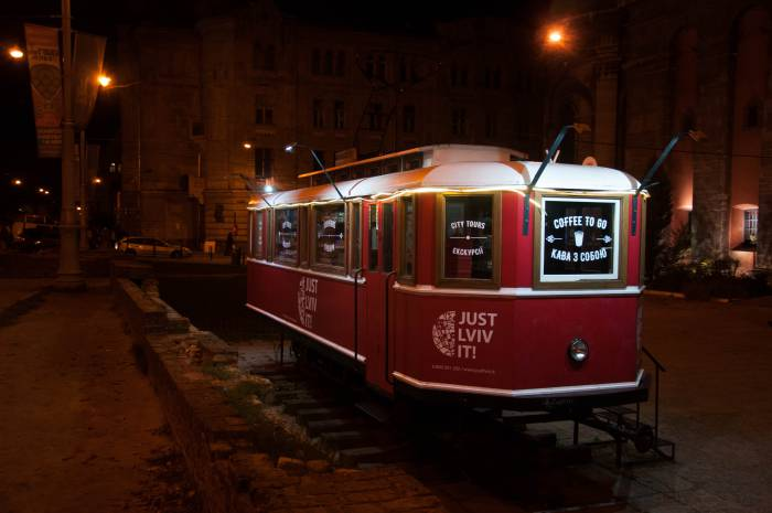 Памятник львовскому трамваю. Действующий! Теперь это сувенирная лавка и мини-кофейня. Фото Анастасии Вереск