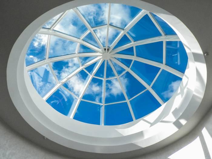 Стеклянный купол при входе в синагогу. Фото Светланы Васильевой
