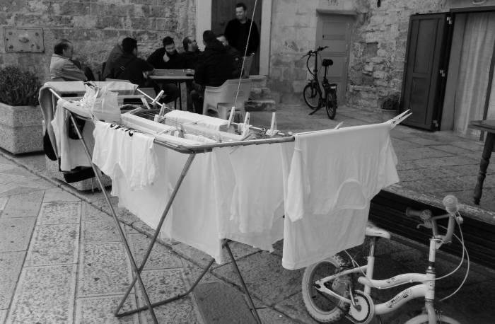 мужчины отдыхают за картами. Типичная итальянская сцена. Фото Игоря Куржалова