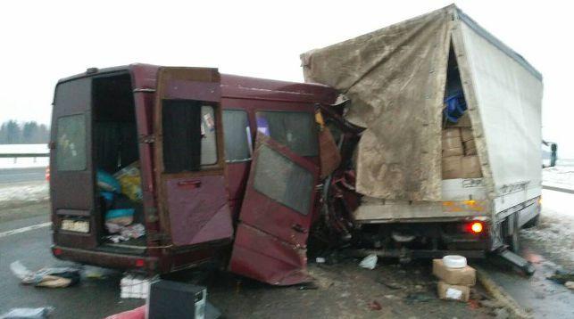 Сегодня утром в Толочинском районе микроавтобус врезался в фуру. У большегруза лопнуло колесо, а водитель микроавтобуса разговаривал по телефону и не успел среагировать