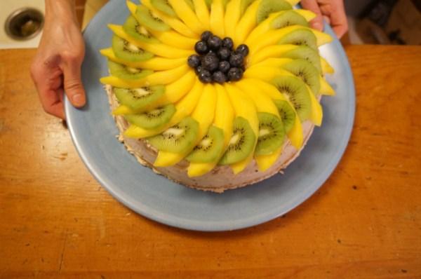Как украсить торт фруктами симпатишненько и простенько ...