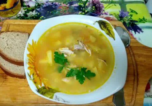 ในกระทะที่มีหัวหอมและแครอทวางสตูว์ให้อุ่นใต้ฝา มันเปลี่ยนเติมน้ำซุปหนา เป็นทางเลือกคุณสามารถเพิ่มมะเขือเทศสดหรือวางมะเขือเทศ จากนั้นส่วนประกอบทั้งหมดจะคุ้มค่าที่จะรวมกันอีก 7 นาที