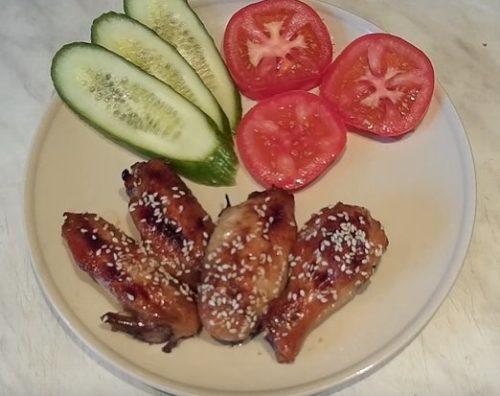 Куриные крылышки с соевым соусом, медом и чесноком