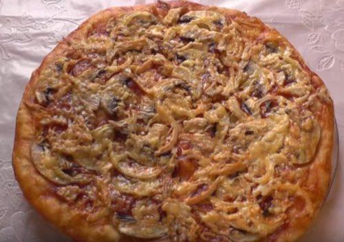 Kotitekoinen pizza kanalla ja sienillä
