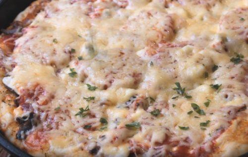 hausgemachte Pizza im Ofen
