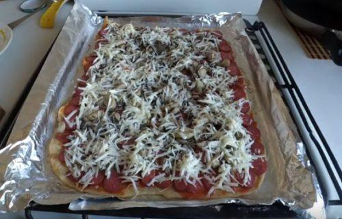Pizza mit dünner Kruste und Jagdwürsten
