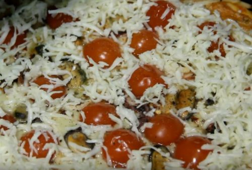 Pizza suculenta com frutos do mar e tomate cereja