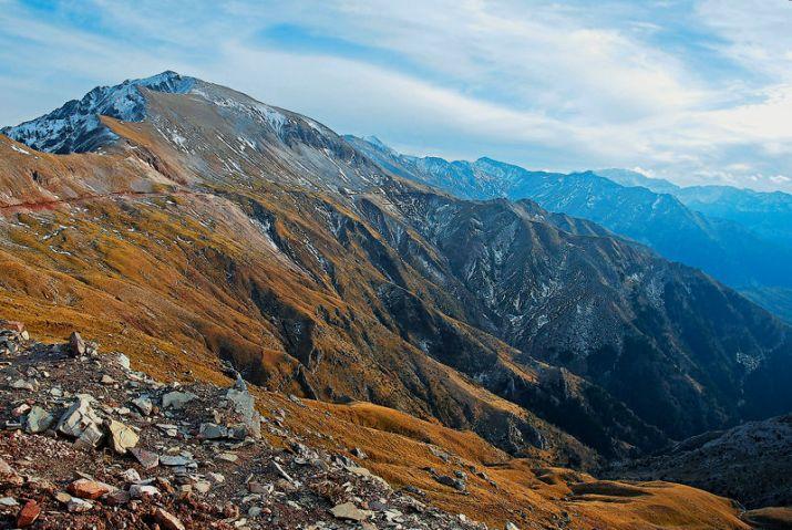 Η ορεινή διάβαση του Μπάρου, ο δρόμος που μόλις διακρίνεται κινείται σε ύψος 1.900 μέτρων