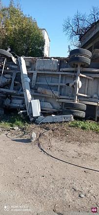 В ДТП под Саратовом микроавтобус снес столб и перевернулся - чп саратов