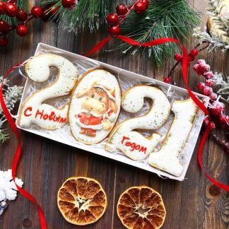 Новогодний набор из светлых пряничных цифр 2021 с символом года