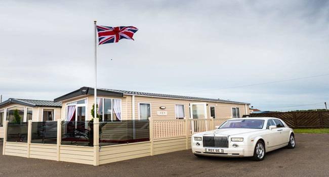 Khám phá nhà nghỉ phong cách hoàng gia, lóa mắt với ngai vàng bọc nhung đỏ, toilet dát vàng - 1