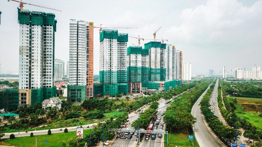 nhiều tòa nhà cao tầng đang xây dựng nằm dọc tuyến đường lớn