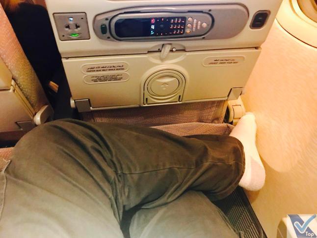 Emirates B777 - Econômica - Pernas Cruzadas