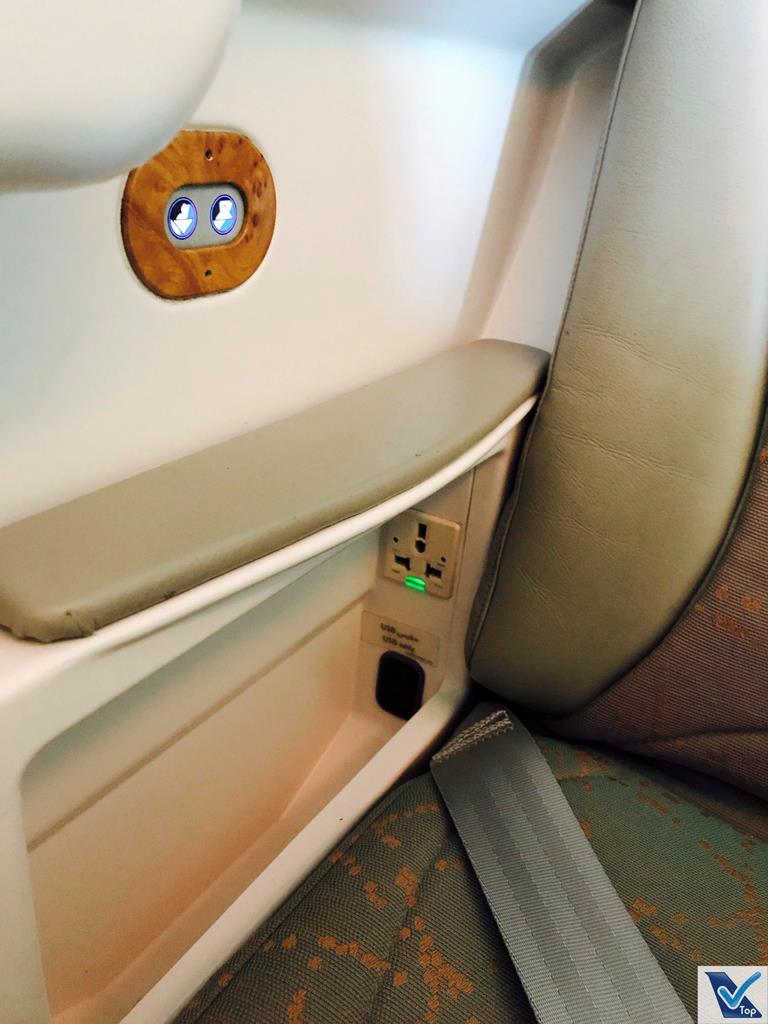 Poltrona - B777 Emirates Business Porta USB e Tomada