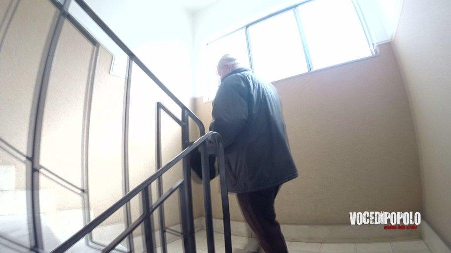 uomo sale scale alloggi popolari messina