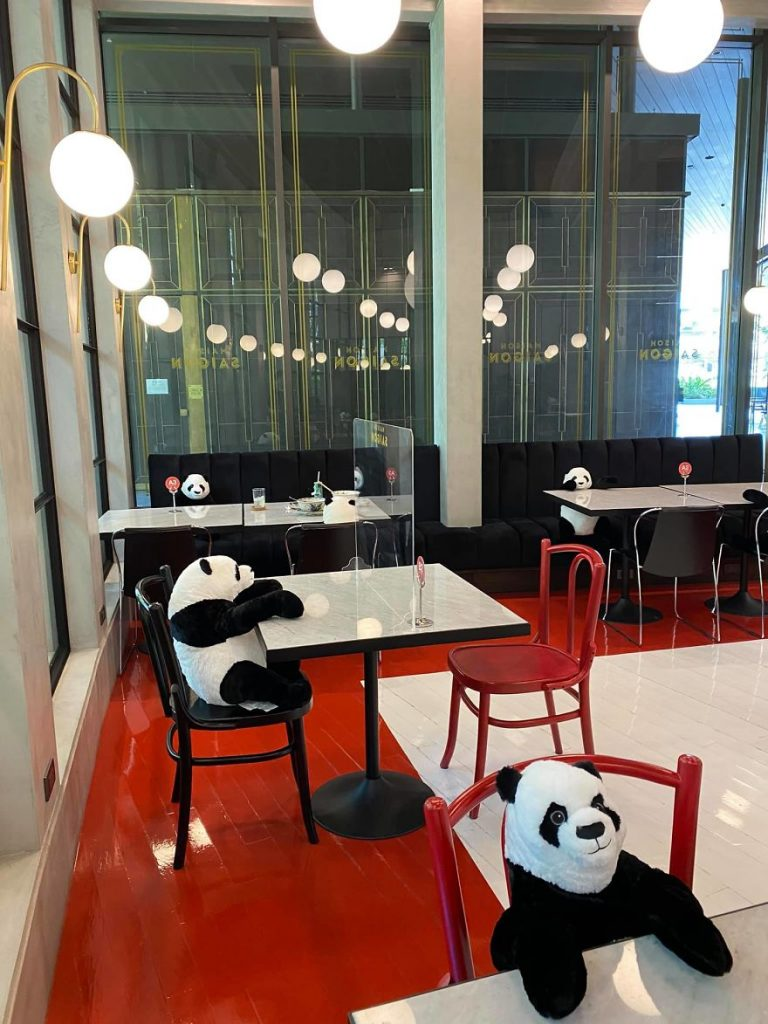 Restaurante tailandês usa pandas de pelúcia para manter clientes afastados