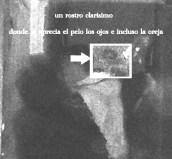 TORREALEDO (prueba 1)  Gran mansión de los marqueses de Aledo,en dicha investigación, en este pasillo al fondo se puede apreciar la imagen de una persona con una estatura similar a la de mi hermano y mía  unos 1,85cm. Queda descartado que pueda ser alguien del grupo ya que la única persona que puede medir esta estatura también fue la persona encargada de la sacar la foto.  En la imagen las personas que aparecemos somos  Mi hermano: cazadora blanca con capucha mirando hacia la izquierda.  Yo: cazadora verde con capucha a espaldas de mi hermano, mirando hacia la derecha  Mari: mirando hacia el frente, de espaldas a la cámara  Se puede apreciar un rostro de hombre con la boca semiabierta y mirando hacia nosotros.