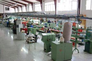 Interior de una fabrica de calzado mecanizada. Foto de Wikipedia