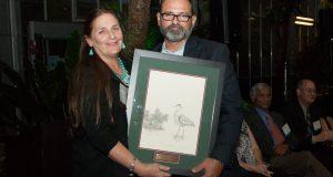 Roberto Viqueira, miembro fundador de Protectores de Cuencas, recibe reconocimiento.