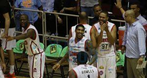 Integrantes de los Leones de Ponce celebran tras obtener un triunfo.