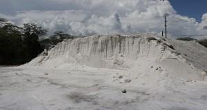 Montaña de sal ubicada a un costado del Centro Interpretativo de Las Salinas.