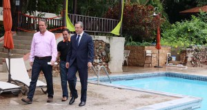 El alcalde de Coamo, Juan Carlos García Padilla, el representante José Torres Ramírez y el gobernador Alejandro García Padilla. (Facebook / Juan Carlos García Padilla)