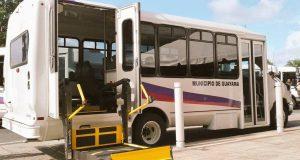 Los vehículos están equipados con elevador para sillas de ruedas.