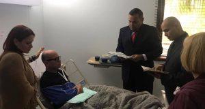 El alcalde de Santa Isabel, Enrique Questell Alvarado, recibió la visita de dos pastores en el hospital. (Facebook / Quique Questell)