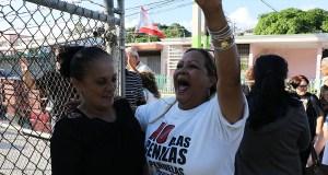 La maestra Eva Ayala, portavoz de Educamos y una de las acusadas, y Jannette Albino, del Campamento contra las cenizas de carbón, celebran a su salida del Tribunal de Yauco. (Voces del Sur)