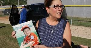 Milagros de Lourdes Báez Collazo, madre de McRoland Rentas Báez, cumplió el sueño de su hijo de conseguir el autógrafo de Roberto Alomar. (Voces del Sur)