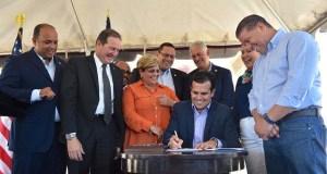 El gobernador Ricardo Rosselló Nevares firmó la ley en compañía de la alcaldesa de Ponce y los legisladores del área Sur. (Facebook / Ricardo Rosselló)