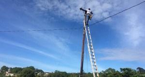 El Municipio de Yauco asumió el costo de realizar trabajos menores de apoyo a la AEE con una brigada de peritos electricistas. (Facebook / Gobierno Municipal de Yauco)
