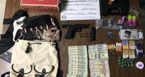 La Policía ocupó un arma, dinero en efectivo, drogas y otros artículos durante el allanamiento.