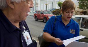 Personal de SBA ofrece ayuda a ciudadano.