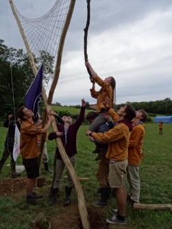 (avant la cérémonie) ... La mise en terre du mât de camp ...