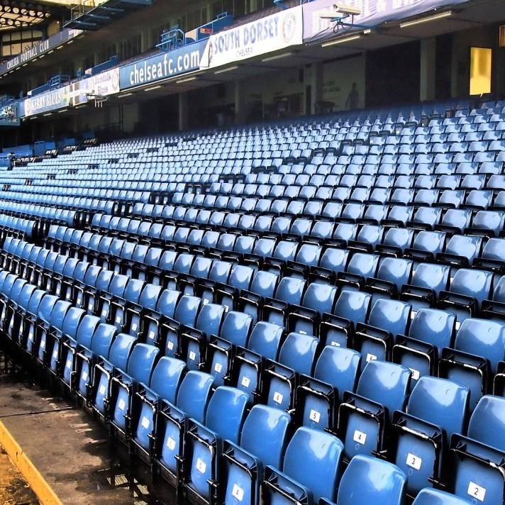 Leeg Stamford Bridge, voetbalstadion van Chelsea. De club speelt in de voetbalstad Londen. Door op de foto te klikken kom je meer te weten over de voetbalstad Londen.