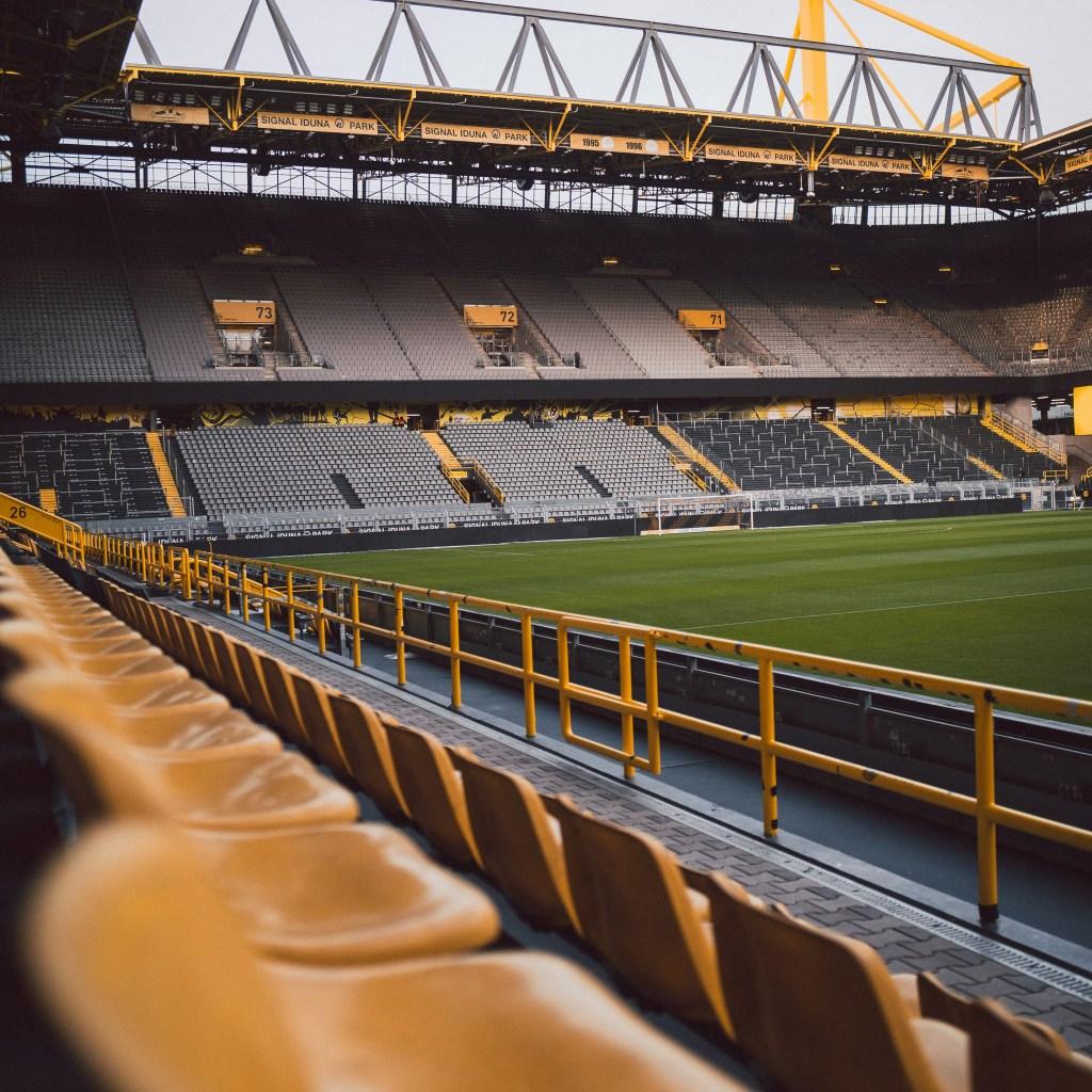 Een afbeelding van het lege Signal Iduna Park, ook wel Westfalen Stadion genoemd. Bespeeld door een van de grootste clubs van Europa, Borussia Dortmund. Door hier op te drukken kom je in het overzicht van Voetbalsteden uit Duitsland.