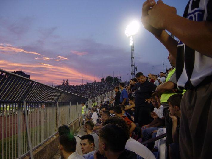 De Grobari, fans van Partizan Belgrado, tijdens een voetbalwedstrijd. Een bezoek aan het Partizan Stadion tijdens je voetbalreis naar Belgrado mag niet ontbreken.