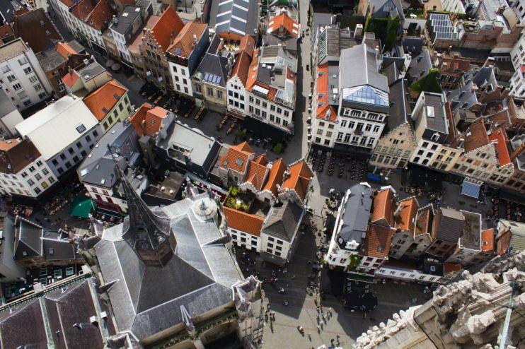 Mooie afsluiter van de goedkope voetbalreis is een overnachting in de voetbalstad Antwerpen. In de afbeelding de stad Antwerpen vanaf boven gefotografeerd.