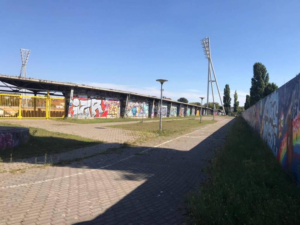 Buitenzijde van het voetbalstadion van BFC Dynamo, er is veel creativiteit en Graffiti te vinden rondom het voetbalstadion.