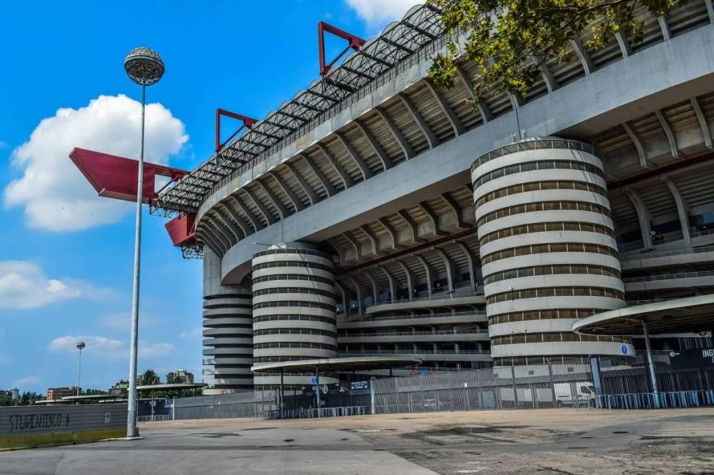 San Siro vanaf de buitenzijde gefotografeerd. Een erg statisch en in onze ogen een echte betonbak. Ondanks dat heeft dit voetbalstadion in Milaan een erg rijke historie op het gebied van voetbalgeschiedenis.
