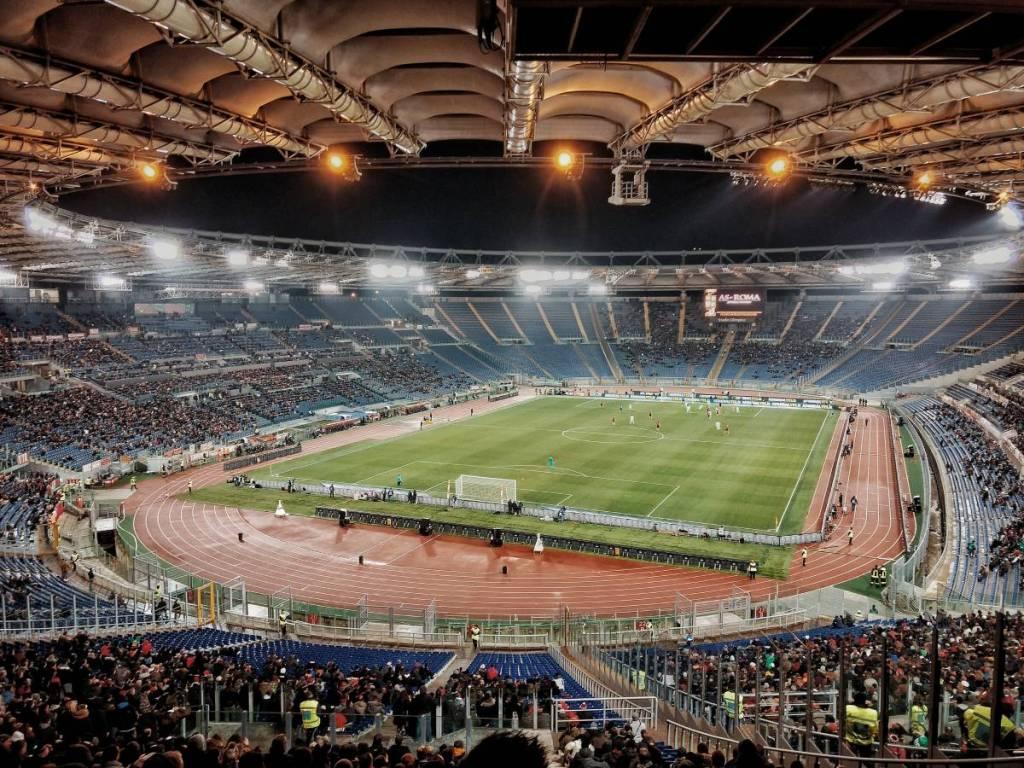 Avondwedstrijd in het Olympisch Stadion in Rome. De perfecte omstandigheden voor de Romeinse voetbalderby, ideaal voor een voetbalreis naar Rome.
