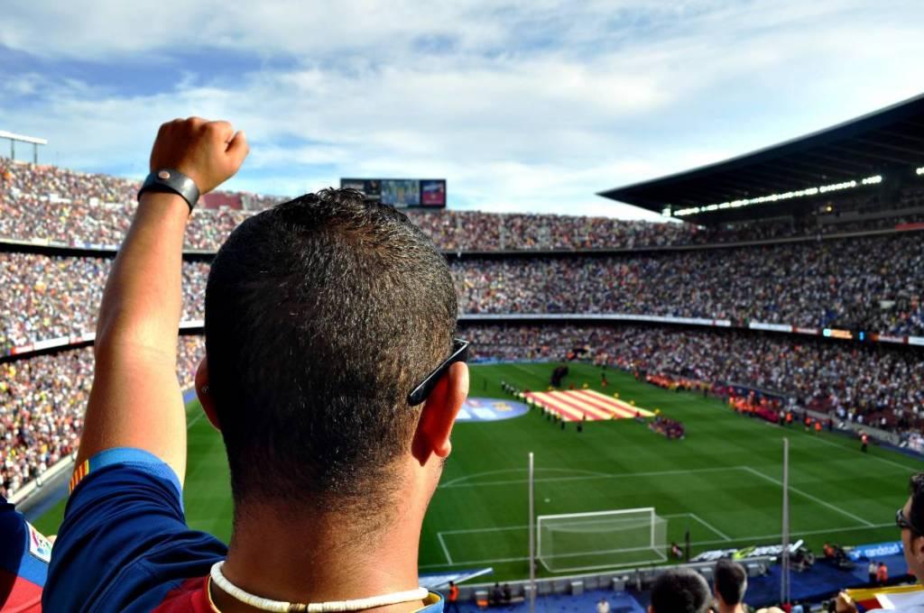 Voetbalsupporter van Fc Barcelona tijdens een bezoek aan een voetbalwedstrijd van Fc Barcelona. Wedstrijd wordt gespeeld in het voetbalstadion Camp Nou.