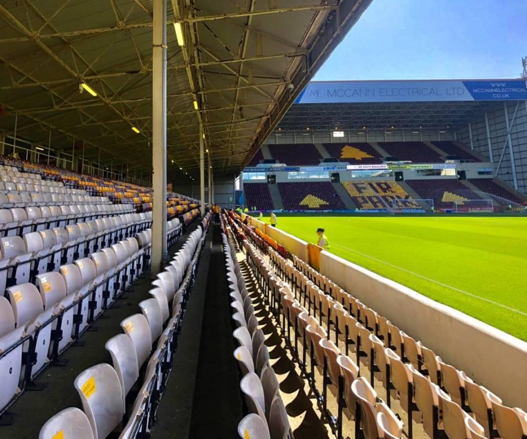 Een zonnige middag in de schotse voetbalstad Fir Park.