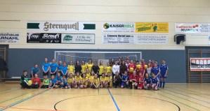 Mädchen kicken in der Halle – Vielen Dank an alle Spielerinnen!