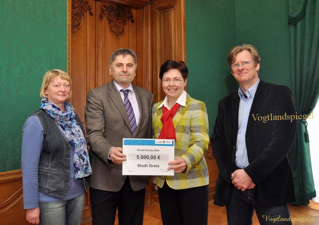 Thüringens Sozialministerin Heike Taubert übergibt 5000 Euro Lottomittel an die Stadt Greiz