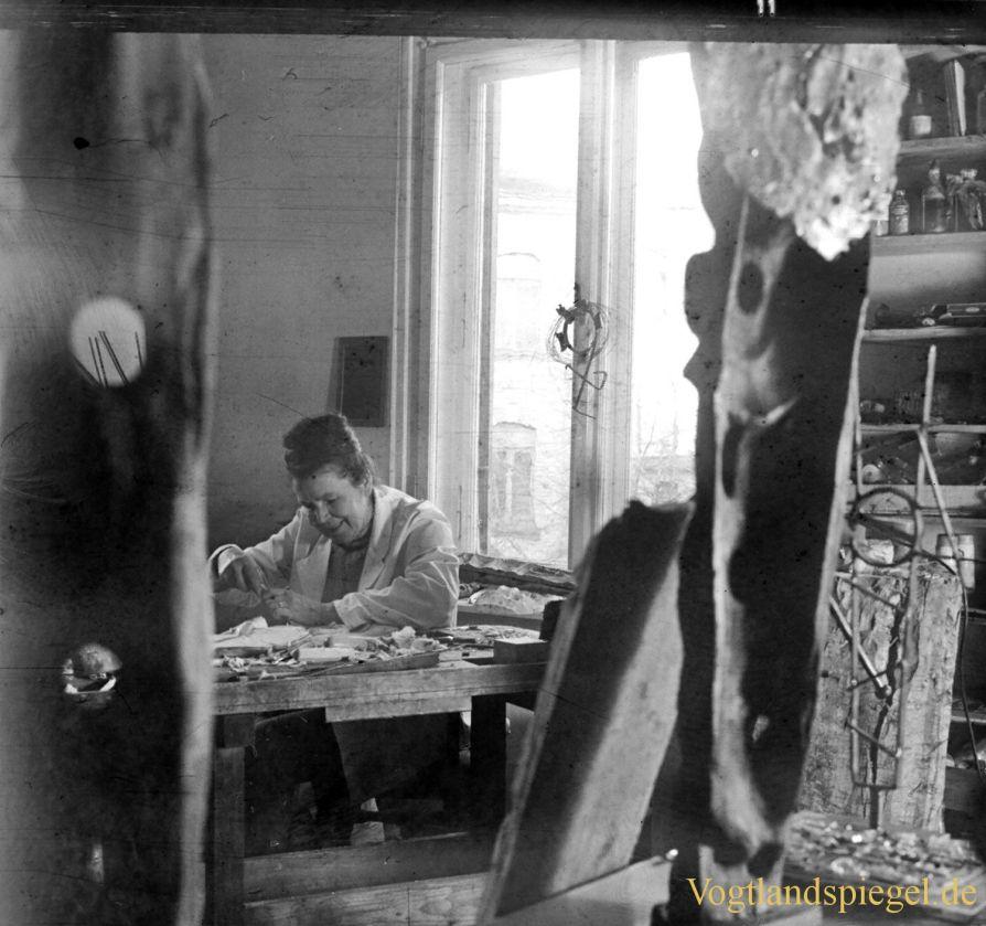 Die Greizer Bildhauerin Elly-Viola Nahmmacher in ihrem Atelier in der Ernst-Thälmann-Straße. Foto: Christian Freund