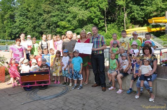 Roland van Asten übergibt Spende in Höhe von je 500 Euro