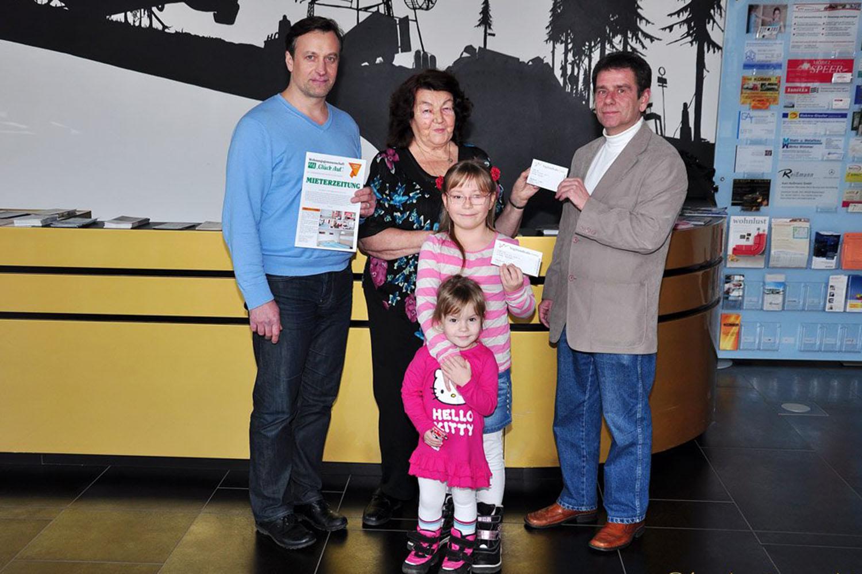 Glückliche Gewinnerin in Vogtlandhalle Greiz begrüßt